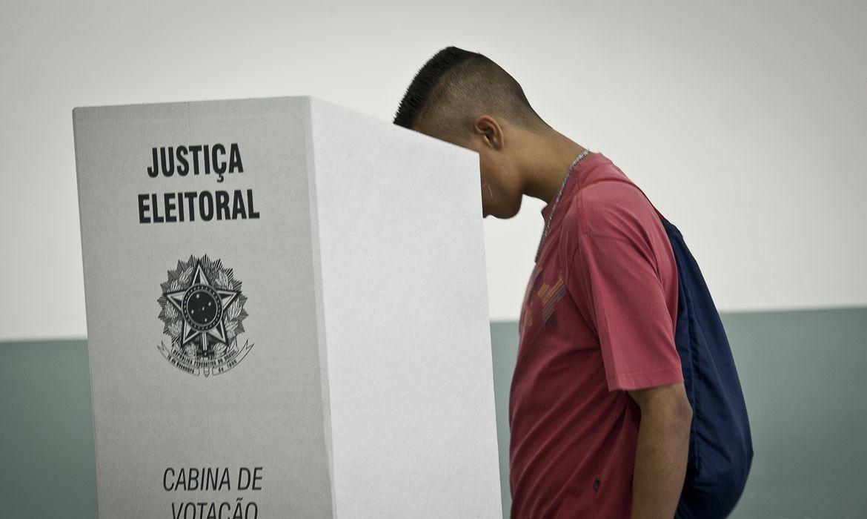 Jovem votando na urna eletrônica. Agência Brasil
